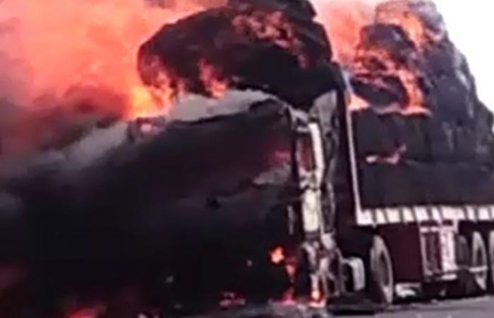 """الوفد -الحوادث - حريق يلتهم سيارة نقل على طريق """"أبو سمبل - أسوان"""" موجز نيوز"""